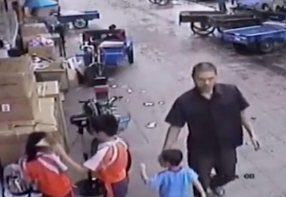 بالفيديو.. رجلٌ يحاول خطف طفلٍ يلعب بالشارع!