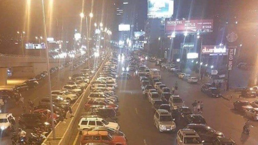 المتظاهرون بدأوا قطع الطرقات بالسيارات على طريق الزلقا والضبية
