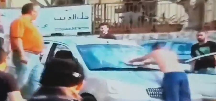 بالفيديو/ شاب يقوم بتكسير سيارة في جل الديب أثناء الاشكال!