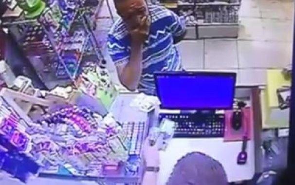 بالفيديو/ مر على عدد من الصيدليات في الشويفات محاولا ترويج دولاراته المزيفة !