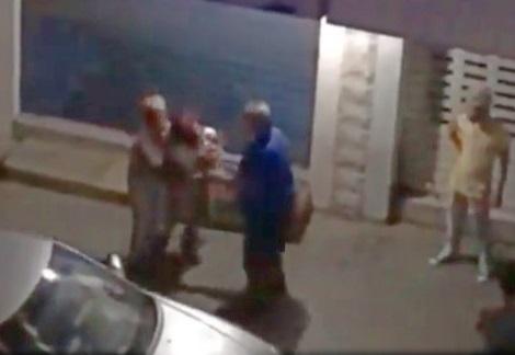 بالفيديو/ شجار وصراخ في شارع نوتردام بعد منتصف الليل.. شخصان أجبرا فتاة من الجنسية الاثيوبية على الصعود الى سيارة...لم تُعرف صلتهما بها