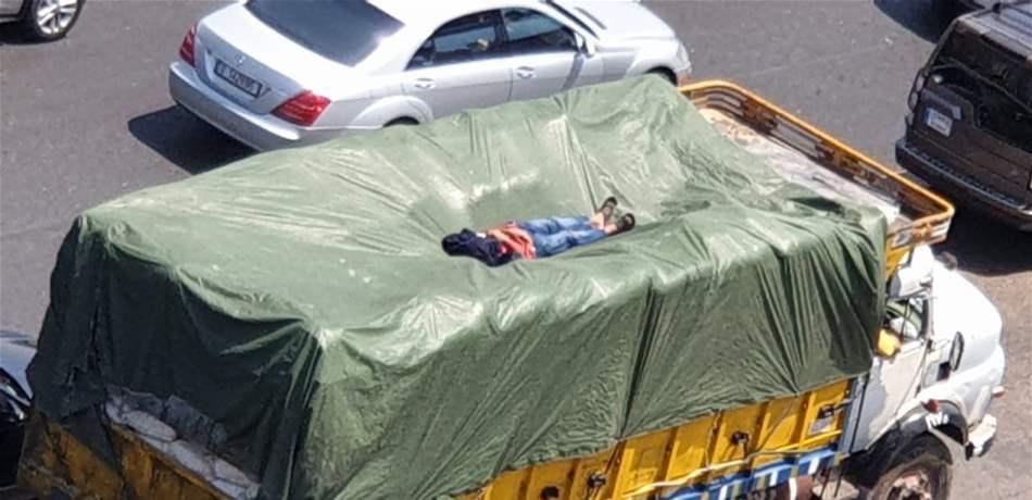 """بالصورة/ على أوتوستراد الضبية...""""كبوة"""" على سطح حمولة شاحنة!"""