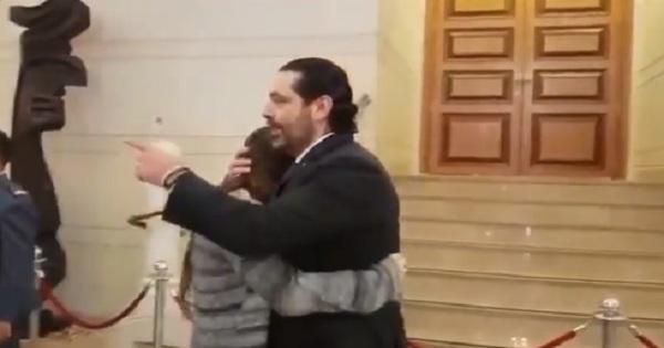 بالفيديو/تزامنا مع الجلسة التشريعية... فتاة دخلت الى مبنى البرلمان وعانقت الرئيس الحريري!