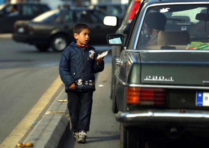 أطفال يحملون علب المحارم وسط الشارع..رواج ظاهرة التسول في لبنان والأرقام مخيفة !