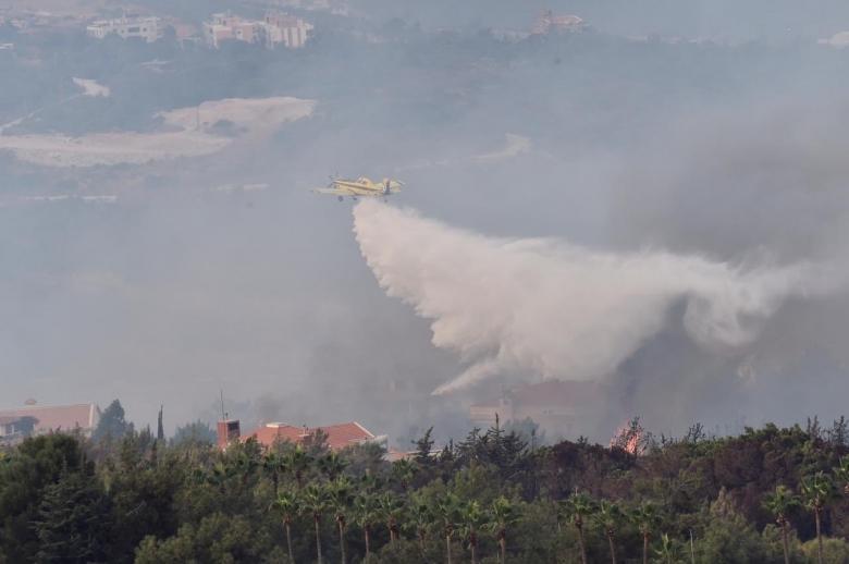 الوزيرة ريا الحسن تنشر صور الطوافات القبرصية التي تعمل في هذه الأثناء على اخماد الحريق في المشرف