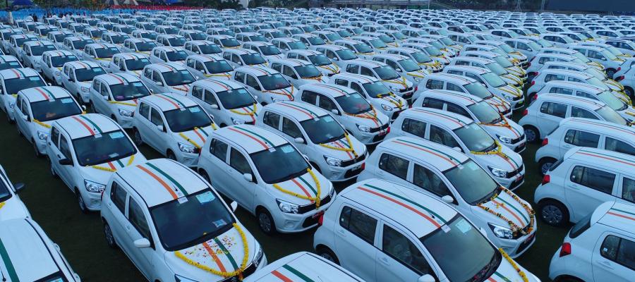 تاجر ألماس يوزع مئات السيارات على 600 موظف لديه و1000 موظف آخرين حصلوا على شقق وودائع نقدية كهدية!
