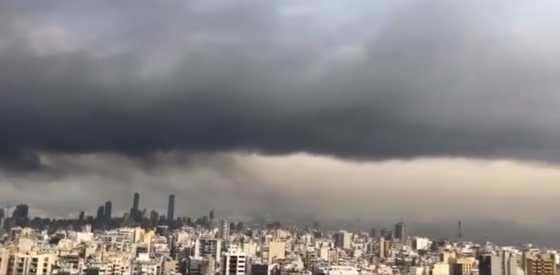 بالفيديو/ الاسود يغطي سماء العاصمة بيروت بسبب الحرائق المستعرة في المرفأ