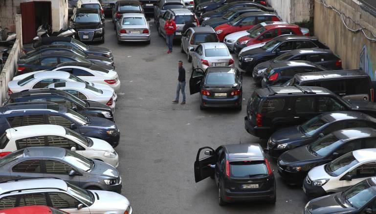 """في أحد مواقف السيارات في مار مخايل: مفتشة من محافظة بيروت تسأل كل شخص عن المبلغ الذي دفعه وتعيد المال """"المنهوب"""" إلى أصحابه"""