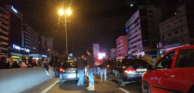 المتظاهرون يقطعون اوتوستراد الزلقا بشكل جزئي مع ترك مسرب للسيارات على المسلكين وسط انتشار للجيش