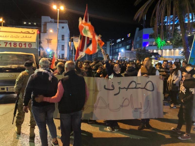 محتجون انطلقوا باتجاه فرع مصرف لبنان في صيدا