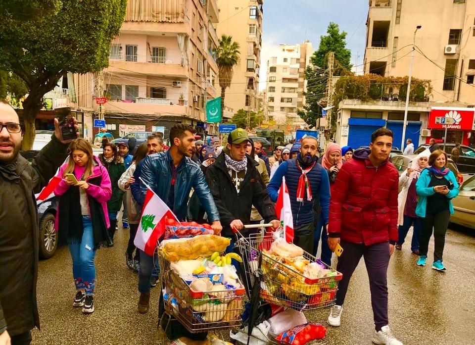 """مسيرة في صيدا لمساعدة الفقراء والمحتاجين...""""كرمال الفقراء نازلين نعبي الساحات وأيدينا مش فاضيين""""!"""