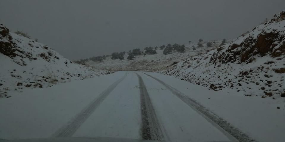 الثلوج تغطي الضنية وجبال الأربعين...وتحذير إلى السائقين لعدم السلوك: الطرقات مقطوعة!