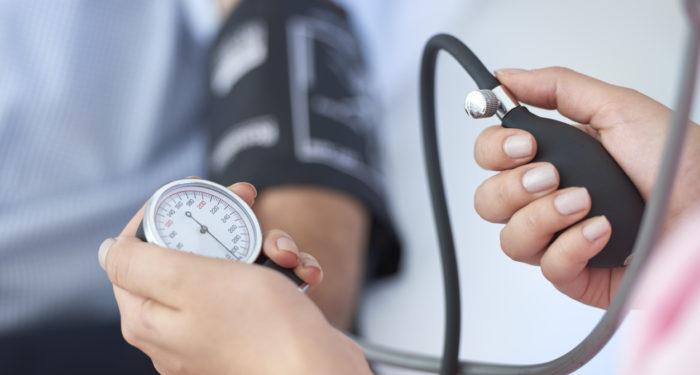 """ضغط الدم المرتفع...4 أعراض بسيطة يمكن ملاحظتها باكراً لتفادي المرحلة """"الخبيثة"""""""