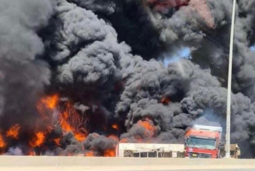 بالفيديو/ إندلاع حريق كبير في الجهراء - الكويت بسبب انقلاب صهريج وقود
