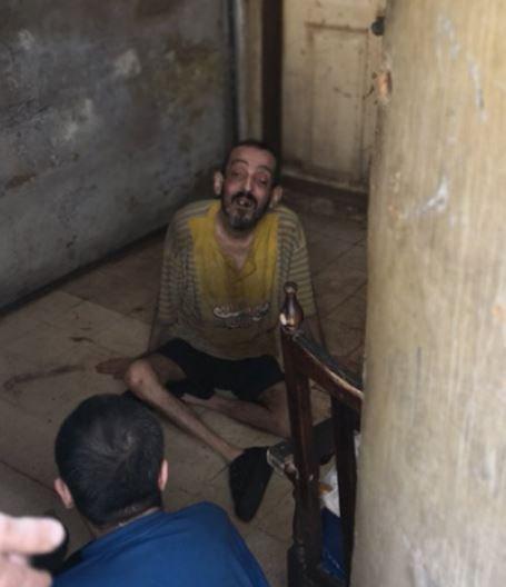 """بالصور/ قصة مأسوية... شقيقان من ذوي الحاجات الخاصة يعيشان في """"مغارتهما"""" مع الجرذان والاوساخ والروائح الكريهة في الطريق الجديدة"""