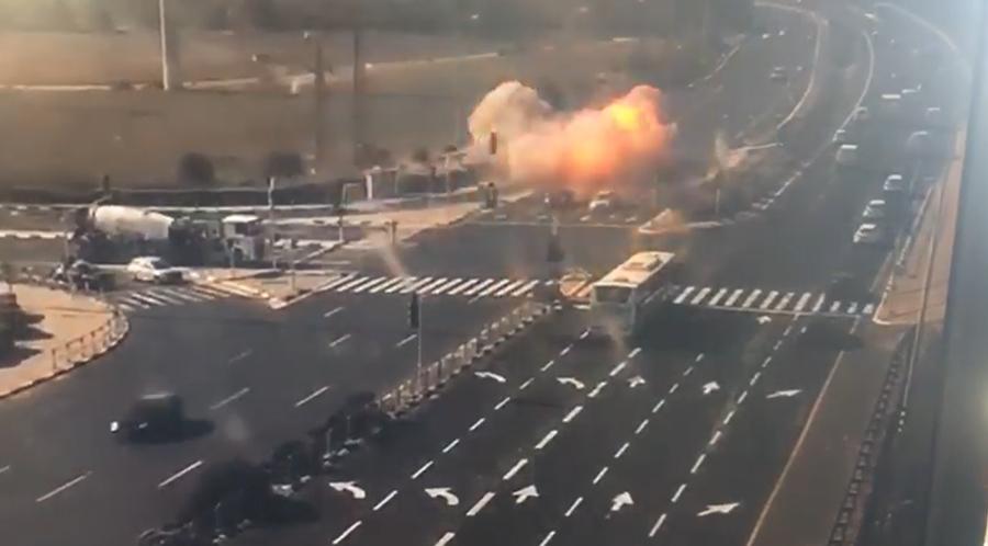 بالفيديو/ كاميرا مراقبة في الأراضي المحتلة توثق لحظة سقوط صاروخ من قطاع غزة