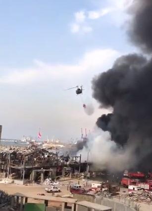 بالفيديو/ طوافات الجيش اللبناني تواصل إطفاء حريق مرفأ بيروت