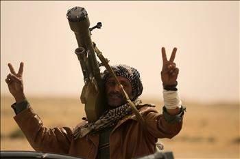 المعارضة الليبية تصارع الوقت حتى يجهز العالم رداً على القذافي