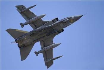 القذافي يعلـن وقـف القتـال ... ويتقـدم نحـو بنغازي الغرب يجهّـز طائراتـه ويلوّح باقتـراب السـاعة الصفر