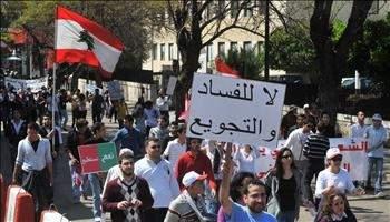 تجمع مئات من المؤيدين للأسد أمـام السـفارة فـي بيـروت