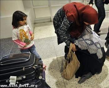 اللبنانيون النازحون من غربتهم قسراً... يلاقون بلدهم بالبكاء: ماذا الآن؟