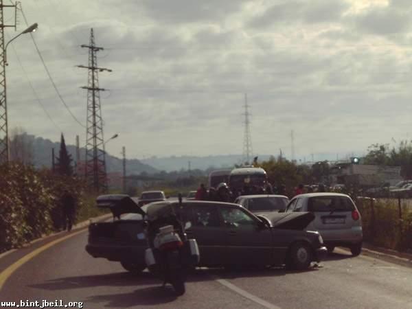 إصابة طفل ووالدته بحادث سير على طريق عام العباسية_صور