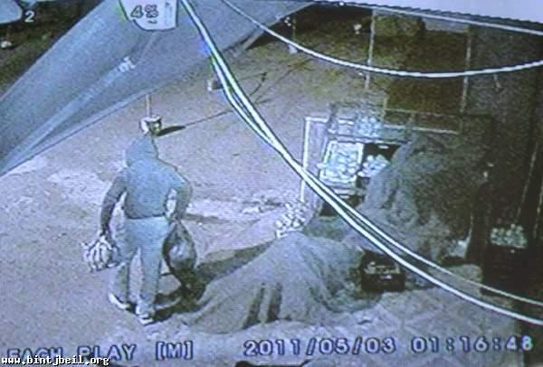 """كاميرا مراقبة تكشف عملية سرقة لمحل """"هريش"""" للمواد الغذائية"""