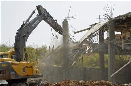الادّعاء على 12 شخصاً لمقاومتهم عناصر أمنية أثناء قمع مخالفات البناء