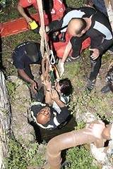 """""""مين الو عمر ما بتقتلو شدّة"""".سقوط سيدة 30 متراً في بئر مغطّى بأوراقٍ يابسة"""