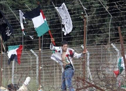 الفلسطيني الأعزل إذ تُفتح طريقه.. إلى شريط عدوه الشائك