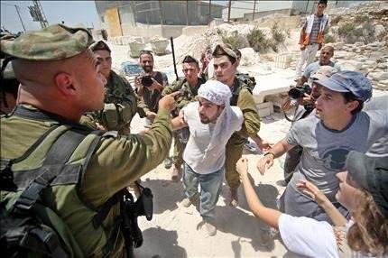 «هآرتس»: بيريز يكثف اتصالاته مع الفلسطينيين لتجنب خطوة أيلول