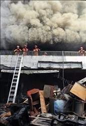 حريق هائل في «سوق البسطا للمفروشات والعتق»: