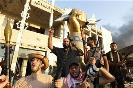 سقوط باب العزيزية بلا معركة ... ولا أثر للقذافي