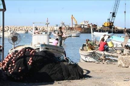 العكاريون يطالبون بتأهيل الشاطئ وبكورنيش بحري