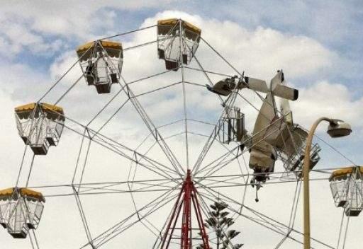 اصطدام طائرة صغيرة بمدينة الالعاب في استراليا دون اصابات