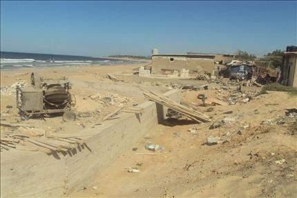 عين على الأمواج وعين على إعادة إعمار «بيوت الصفيح»: