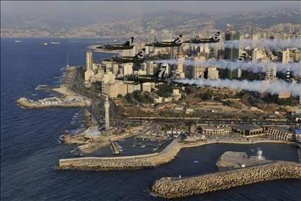 عرض بهلواني جوي فوق بيروت