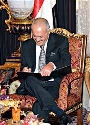 صالح سـقط ... ولم يسـقط! >>المعارضة اليمنية تخذل «الثوار» بتوقيعها المبادرة الخليجية