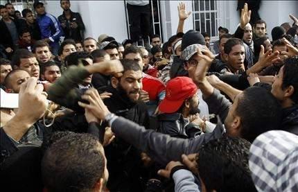 """تونس: خلاف حاد في التأسيسي حول توزيع السلطات سلفيون يعرقلون عمل جامعة لتحقيق مطالب """"إسلامية"""""""
