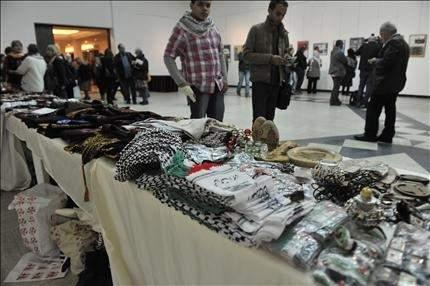 صور ومطرزات وروايات تروي مشاهد من القضية الفلسطينية
