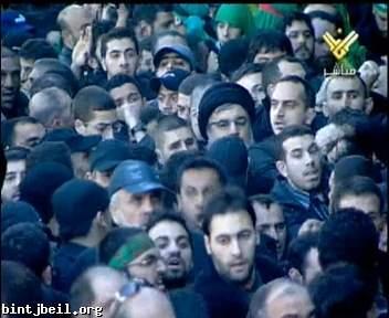 الامين العام لحزب الله السيد حسن نصر الله يطل وسط الجماهير المساركة في المسيرة الحسينية بالضاحية  -  مصور