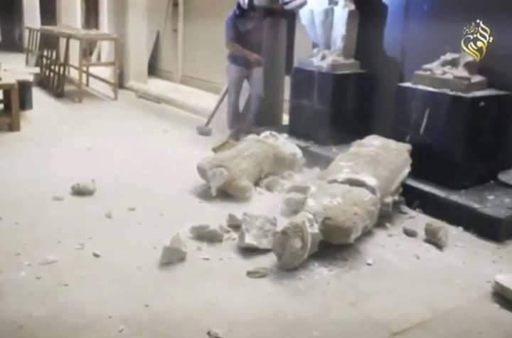 بالفيديو.. تنظيم داعش الارهابي يُحطم آثار العراق