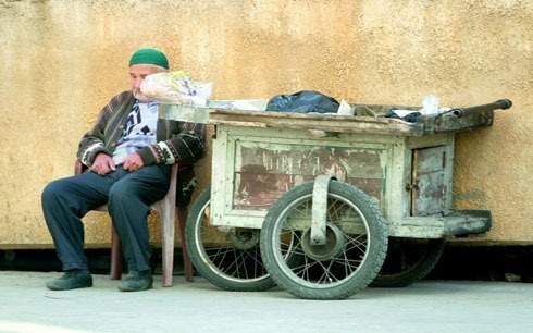بائع مسنّ يتحدى المسافات... ليعيش بكرامته