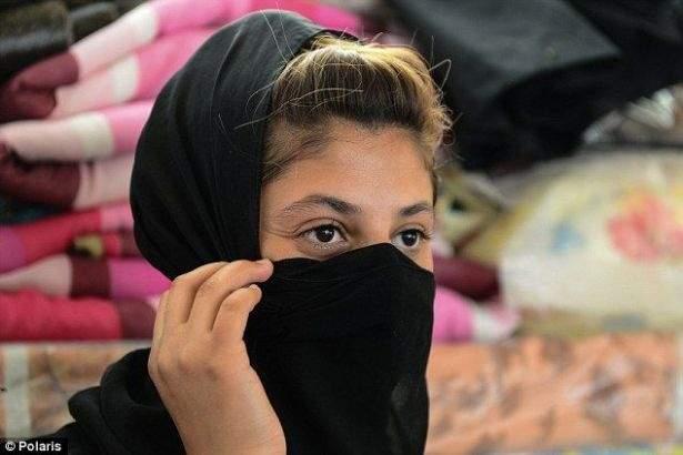 """ناجية ايزيدية عمرها 15 عاماً تروي كيف باعها """"داعش"""" لثلاثة رجال"""