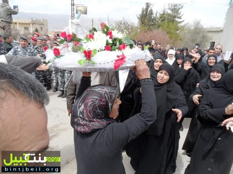 """بالصور / البزالية تحتضن شهيدها المذبوح علي البزال.. و والدته: """" بشر القاتل بالقتل ولو بعد حين"""""""