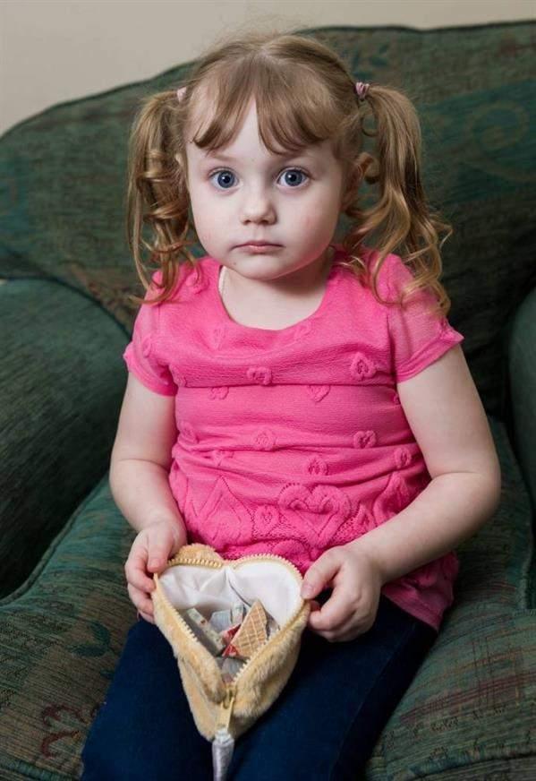 طفلة  تدمن أكل مفروشات المنزل