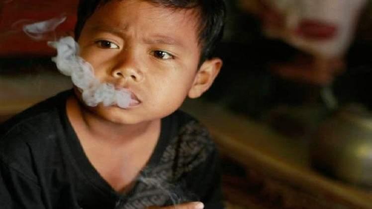 طفل في السابعة من عمره يدخن 16 سيجارة باليوم