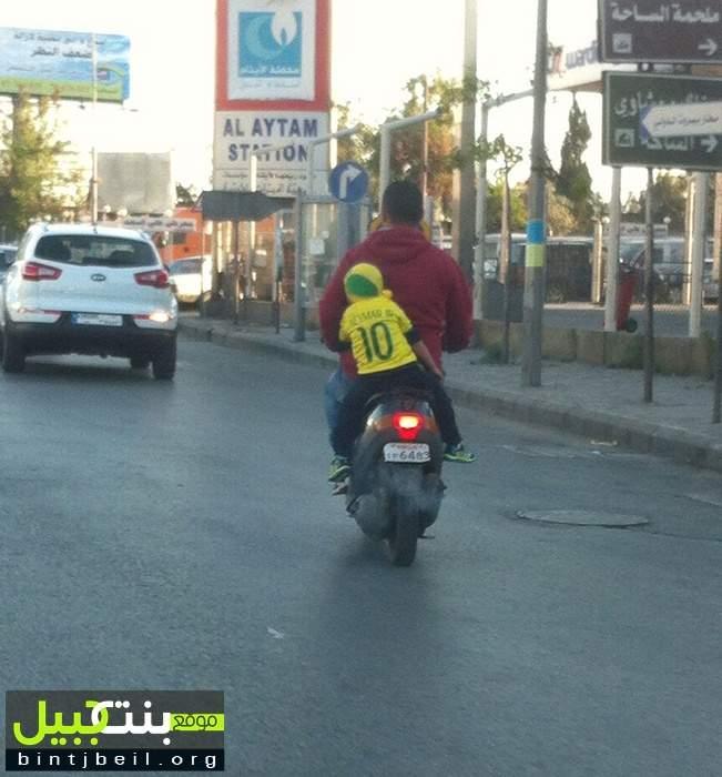 مخالفة جديدة: طفل يغفو على الدراجة النارية