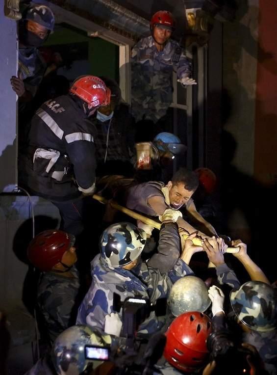 انتشال رجل على قيد الحياة بعد 3 أيام على زلزال النيبال (صور)