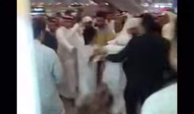 بالفيديو- مشاجرة كبيرة في مطار الكويت بسبب صورة